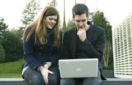zwei-studenten-am-mac-554x358
