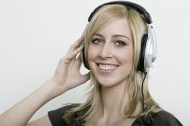 Masterstudentin mit Kopfhörern. Marketingmanagement Event – Sport – Gesundheit