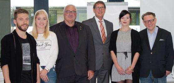 Engagierte Studenten mit dem Mannheimer Bürgermeister für Wirtschaft, Arbeit, Soziales und Kultur, Michael Grötsch (3.v.r.), Hans-Joachim Adler (4.v.r.) und dem Akademischen Leiter des EC Europa Campus, Prof. Dr. Volker Kreyher (1.v.r.)